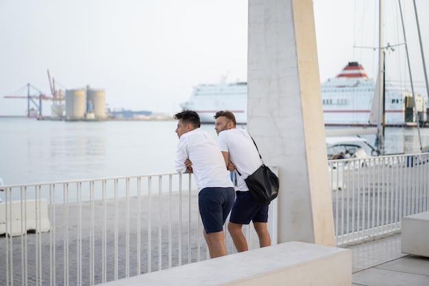 Zwei männer eines freundes auf der stadtpromenade in malaga Kostenlose Fotos