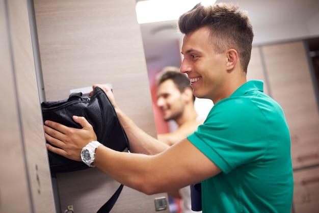 Zwei männer in der umkleidekabine im fitnessstudio Kostenlose Fotos