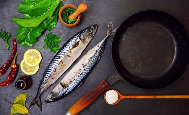 Zwei makrelen in gewürzen Premium Fotos