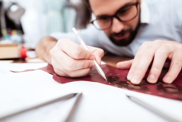 Zwei modedesigner, die ausschnitt auf leder machen Premium Fotos