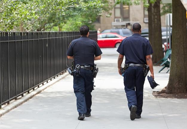 Zwei polizisten von hinten im zentrum von manhattan. Premium Fotos
