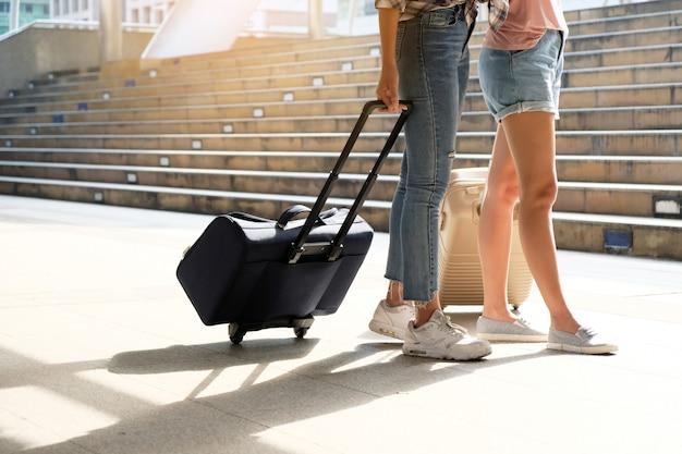 Zwei reisende gehen die tasche. Premium Fotos