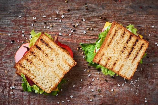 Zwei sandwiches mit salat, ansicht von oben Premium Fotos