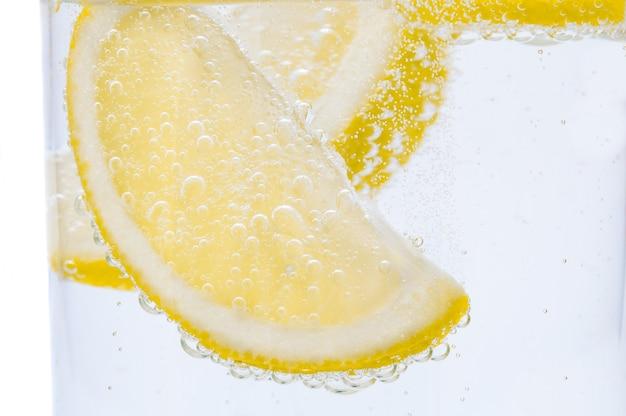 Zwei scheiben frische zitrone in limonade. Premium Fotos