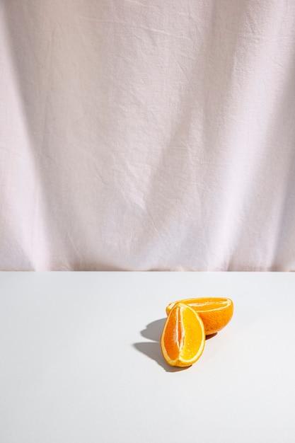 Zwei scheiben orangen auf weißem schreibtisch Kostenlose Fotos