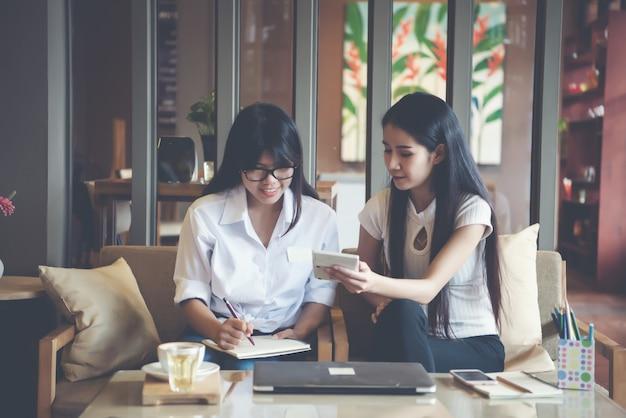 Zwei schöne frauen, die in einer kaffeestube arbeiten Kostenlose Fotos