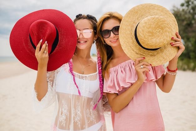Zwei schöne stilvolle frau am strand im urlaub, sommerart