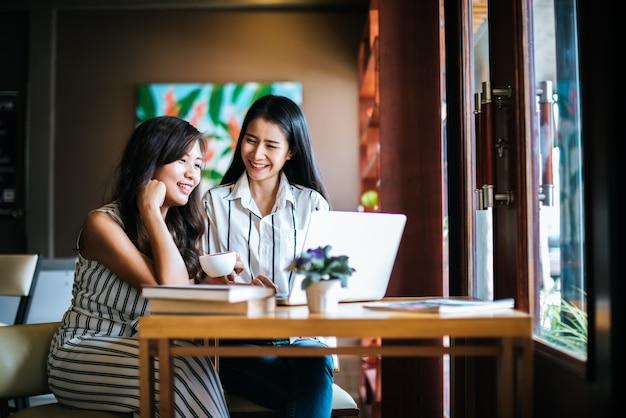Zwei schönheiten, die zusammen alles am kaffeestubecafé sprechen Kostenlose Fotos