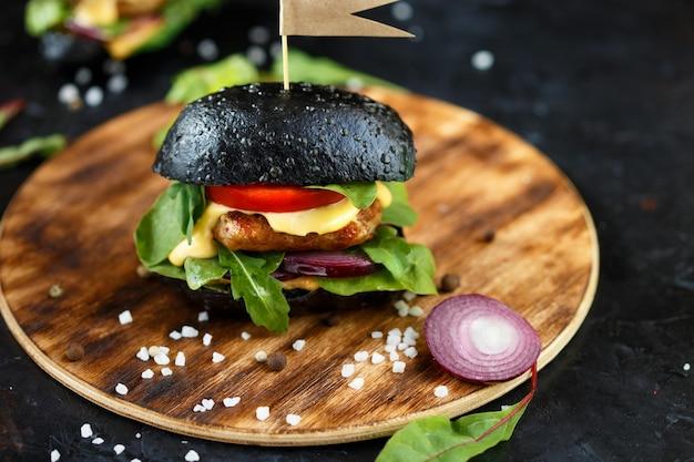 Zwei schwarze burger Premium Fotos