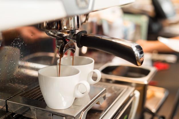 Zwei schwarze kaffeemorgen auf kaffeemaschine Premium Fotos
