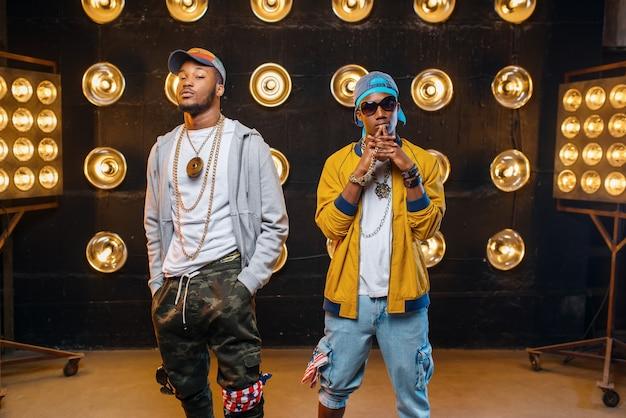 Zwei schwarze rapper in mützen, leistung auf der bühne Premium Fotos