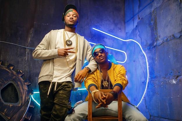Zwei schwarze rapper, neonlichter Premium Fotos