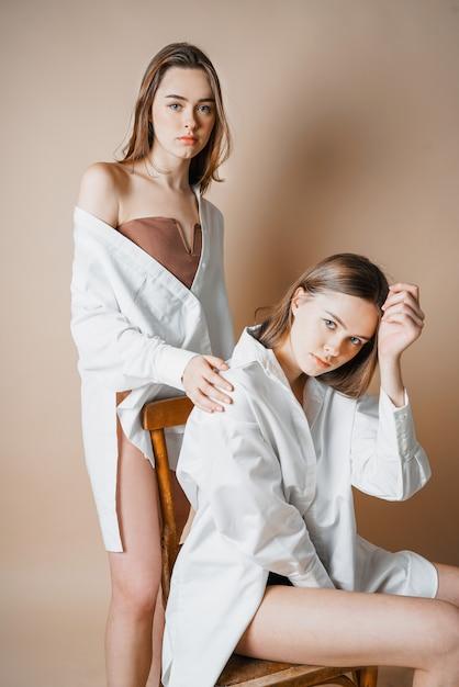 Schwestern nackt zwei Two sexy