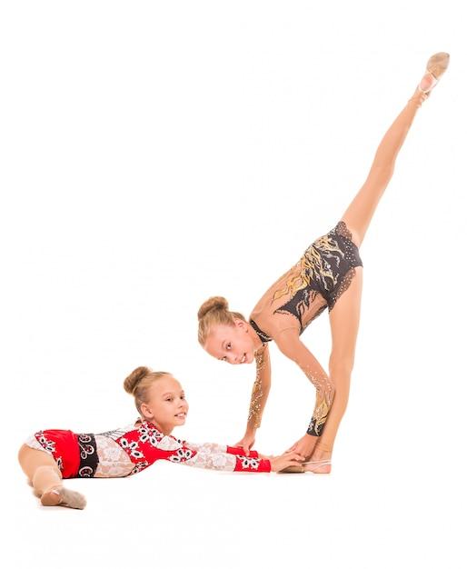 Zwei schwesterturnerinnen arbeiten zusammen. Premium Fotos