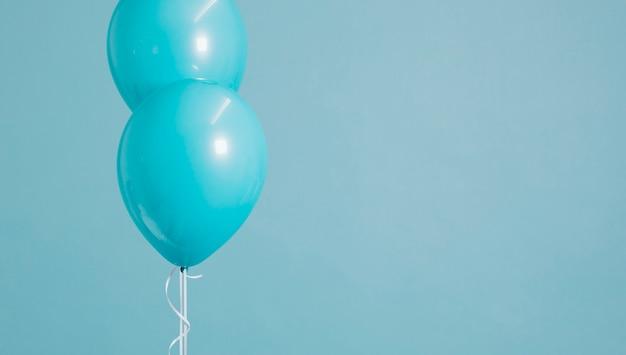 Zwei schwimmende blaue pastellballone Kostenlose Fotos