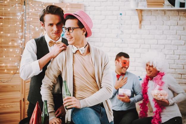 Zwei schwule kerle, die spielerisch auf party flirten Premium Fotos