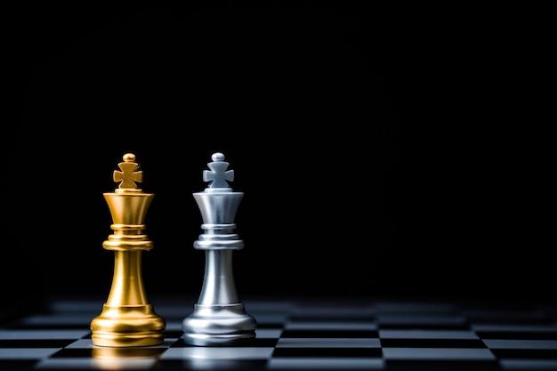 Zwei stand von golden king chess und silver king chess. gewinner des planungskonzepts für geschäftsallianz und marketingstrategie. Premium Fotos