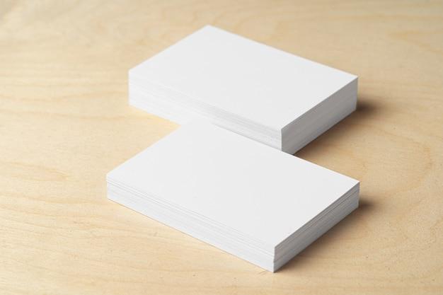 Zwei stapel leere visitenkarten auf dem tisch Premium Fotos