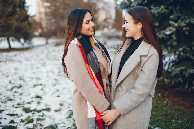 Zwei stilvolle mädchen erholen sich in einer stadt Kostenlose Fotos