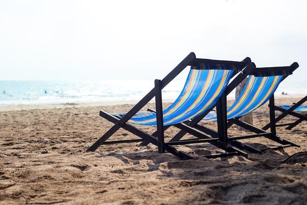 Strandkorb sonnenuntergang  Zwei Strandkorb am Strand bei Sonnenuntergang | Download der Premium ...