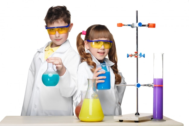 Zwei süße kinder im chemieunterricht machen experimente Kostenlose Fotos