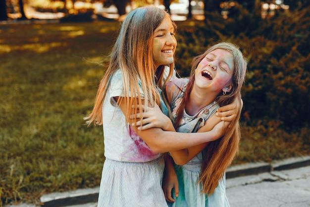Zwei Mädchen Mit Kopftuch Habe Spaß
