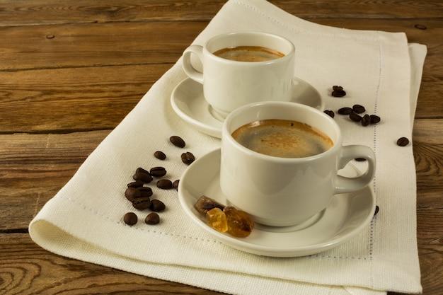 Zwei tasse kaffees auf der weißen serviette, kopienraum Premium Fotos