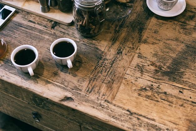 Zwei tassen gebrühten kaffee Kostenlose Fotos
