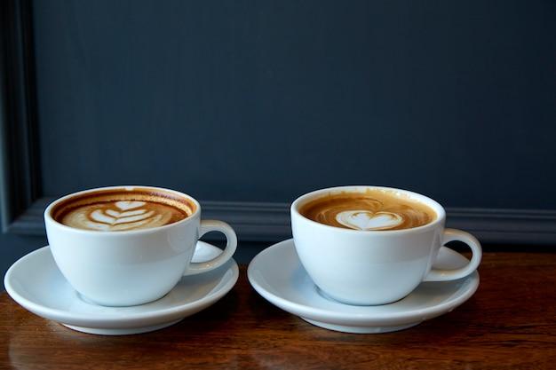 Zwei tassen kaffee am valentinstag Premium Fotos