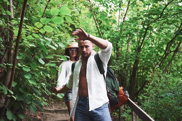 Zwei wanderer mit rucksäcken auf dem rücken in der natur. Kostenlose Fotos