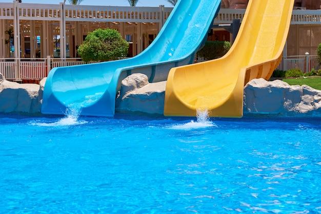 Zwei wasserrutschen im aquapark hintergrund des wasserparks Premium Fotos