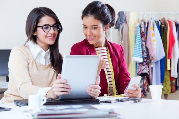 Zwei weibliche Designer bei der Arbeit Kostenlose Fotos