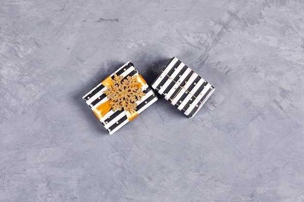Zwei weihnachtsgeschenkboxen. Premium Fotos