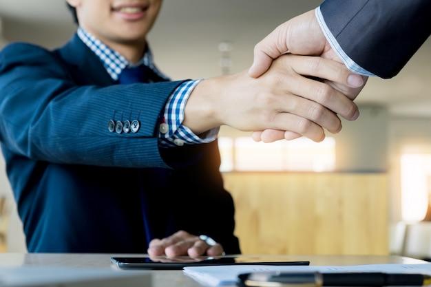 Zwei zuversichtlich geschäftsmann händeschütteln während einer sitzung im büro, erfolg, handel, gruß und partner-konzept Kostenlose Fotos