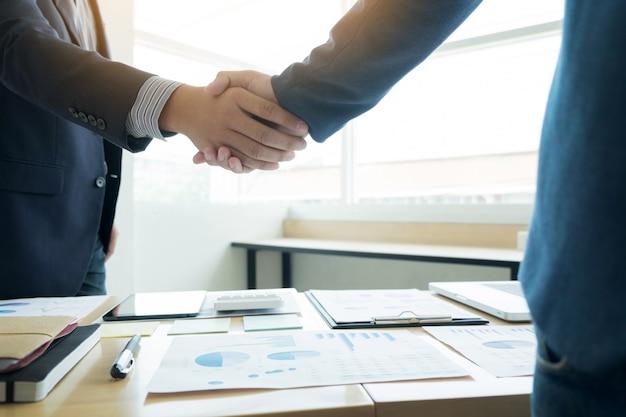 Uberlegen Zwei Zuversichtlich Geschäftsmann Händeschütteln Während Einer Sitzung Im  Büro, Erfolg, Handel, Gruß Und