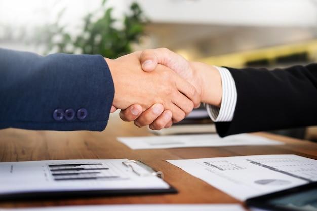 Zwei Zuversichtlich Geschäftsmann Händeschütteln Während Eines Treffens Im  Büro, Erfolg, Handel, Gruß Und
