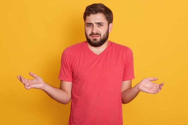 Zweifelhafte männliche unsichere männer halten die hände beiseite zweifel über den deal, treffen entscheidung oder wahl, wissen nicht, was sie wählen sollen Kostenlose Fotos