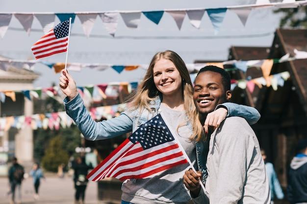 Zwischen verschiedenen rassen paare am unabhängigkeitstag von amerika-feier Kostenlose Fotos