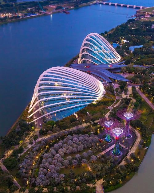 Сингапур - 07 июля 2018 года: вид с воздуха на ботанический сад, сады в заливе в сингапуре. Premium Фотографии