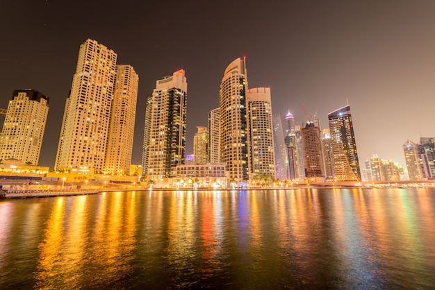 アラブ首長国連邦、ドバイの1月10日にマリーナ地区。マリーナ地区はドバイで人気の住宅街です Premium写真