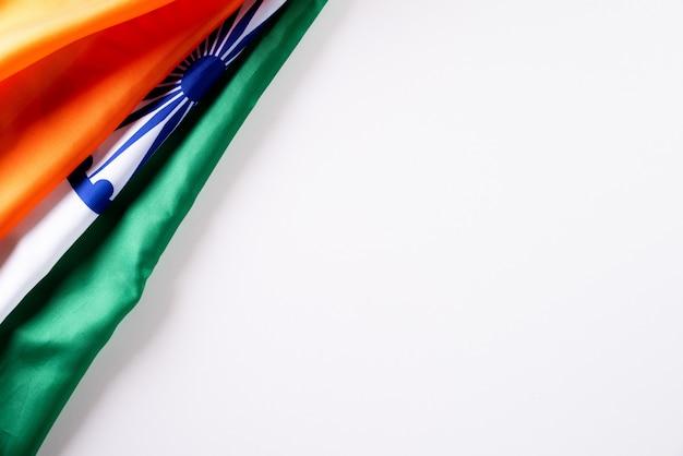 インド共和国記念日のコンセプト。白い背景のインドの旗。 1月26日。 Premium写真