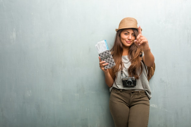 若い旅行者のラテン女性の肖像画番号1、countiのシンボルを示す壁 Premium写真