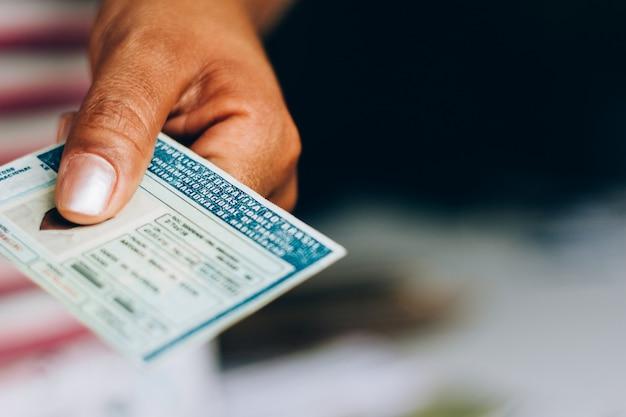 10 сентября 2019 года, бразилия. мужчина держит национальное водительское удостоверение (cnh). официальный документ бразилии, подтверждающий способность гражданина управлять наземными транспортными средствами. Premium Фотографии
