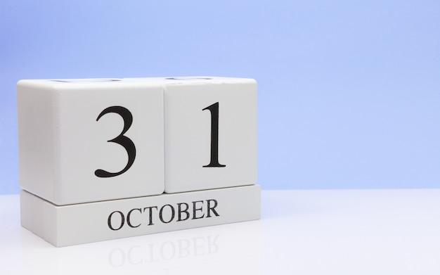 10月31日月31日、白いテーブルに毎日のカレンダー Premium写真