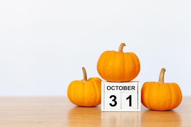 10月31日とカボチャの木製立方体 Premium写真