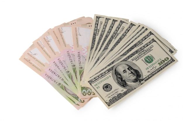 100ドルとウクライナグリブナの請求書のスタック Premium写真