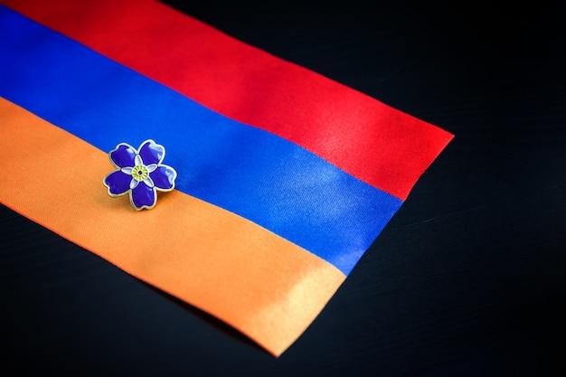 オスマン帝国のアルメニア人虐殺の100周年の忘れな草のシンボル Premium写真