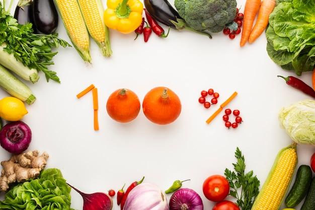 白い背景の上の野菜で作られた100% 無料写真