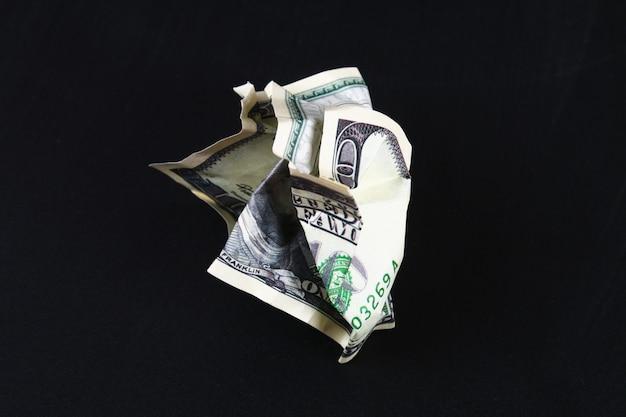 100米ドルをくしゃくしゃにしました。ドルの崩壊。切り下げ。通貨の下落。 Premium写真