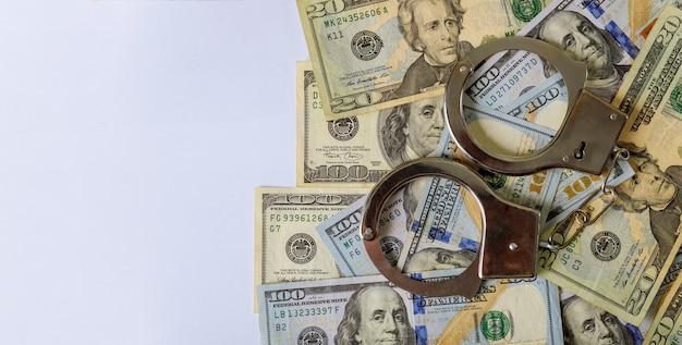 偽造紙幣と手錠の100米ドル紙幣 Premium写真